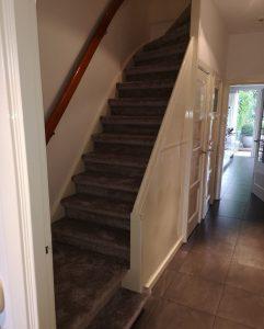 Warme trapbekleding gestoffeerd op trap